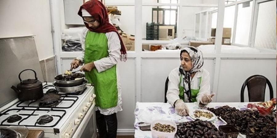 خرمشهر؛ قطب تولید کلوچه خرمایی / برای بازگرداندن خرما به سبد غذایی مردم چاره ای جز فرآوری آن نیست
