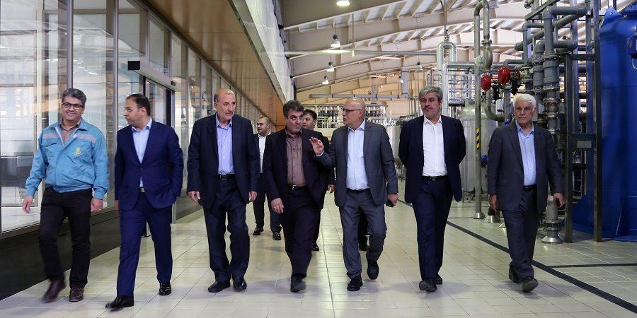رئیس کمیسیون برنامه، بودجه و محاسبات مجلس شورای اسلامی در بازدید از گروه صنعتی و پژوهشی زر:باید دست کارآفرینان را بوسید که نمی گذارند زنجیره تولید کشور متوقف شود